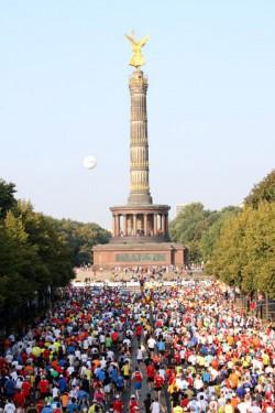 Beim Berlin-Marathon passieren die Läufer kurz nach dem Start die Siegessäule. ©www.PhotoRun.net