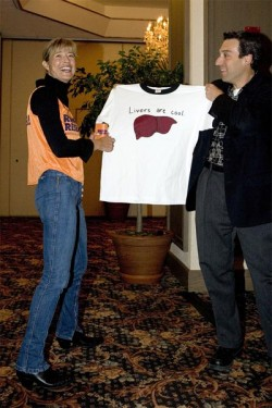 "T-Shirt mit der Aufschrift ""Livers are cool"" (American Liver Foundation, April 2005). © Norman J. Lang"