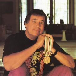 Billy Mills mit seiner olympischen Goldmedaille ... ©Billy Mills