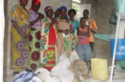 Diese notleidenden Witwen konnten dank PeopleWeaver ihr Getreide kostenlos mahlen. ©PeopleWeaver