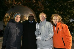 Grete Waitz mit IAAF-Präsident Lamine Diack, Marathon-Weltrekordlerin Paula Radcliffe und New York-Marathon Race-Direktorin Mary Wittenberg (von links) in New York. © www.PhotoRun.net