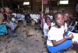 Schulkinder haben keine Tische und Stühle, sondern sitzen während des Unterrichts auf Steinen. ©PeopleWeaver