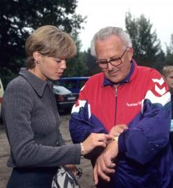 Heinz Lüdemann, mein erster Trainer, zeigte mir seine neue Uhr bei einem Kindersportfest auf dem Waldsportplatz. ©Victah Sailer/Take The Magic Step®