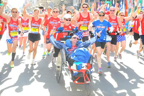Dick und Rick auf ihrem Weg zur Ziellinie zusammen mit Läufern von der Hoyt Foundation. ©MarathonFoto