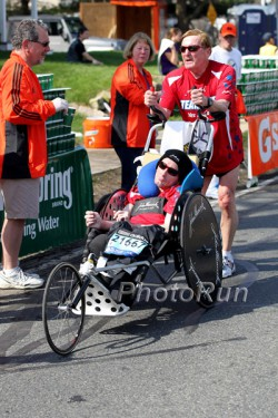 Dick und Rick mit ihrem neuen Rollstuhl. ©www.PhotoRun.net