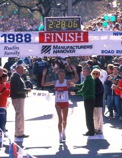 Neun einzigartige Siege: Gretes neunter Erfolg 1988 beim NYC-Marathon. ©www.PhotoRun.net
