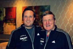 Dick Hoyt zusammen mit Bryan Lyons bei der Boston-Marathon Team-Pasta-Party 2014. ©Bryan Lyons