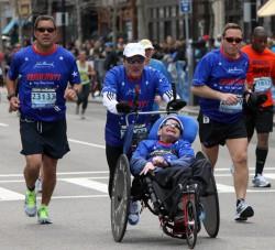 … ein erstaunliches Finish beim 29. Boston-Marathon. © Von Team Hoyt zur Verfügung gestellt