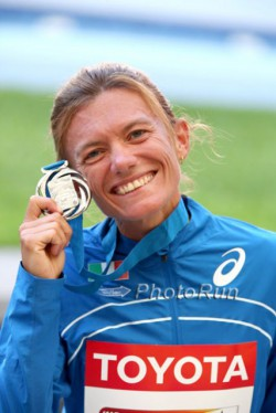 Valeria Straneo feiert ihre Silbermedaille. ©www.PhotoRun.net