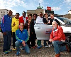 Uta zusammen mit Berlins Marathon-Weltrekordlern Patrick Makau, Haile Gebrselassie, Paul Tergat, Naoko Takahashi, Tegla Loroupe, Ronaldo Da Costa, und Christa Vahlensieck sowie Mark und Horst Milde. ©www.PhotoRun.net