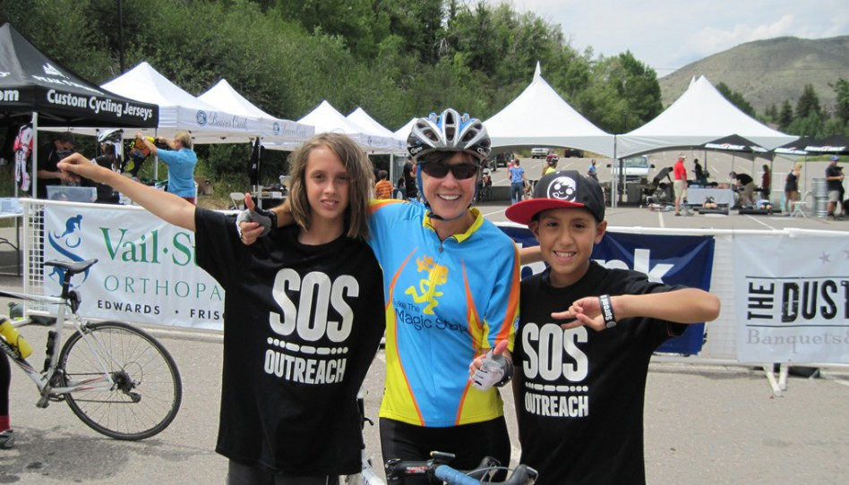 Die Teilnehmer des Colorado-Eagle River Ride bedanken sich bei den Kindern und Studenten von SOS Outreach