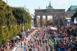 Kurz hinter dem Brandenburger Tor laufen die Teilnehmer in Berlin ins Ziel. ©www.PhotoRun.net