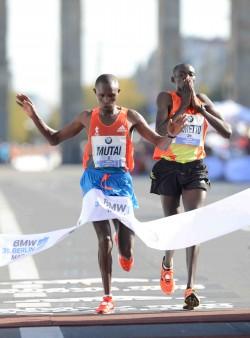 Geoffrey Mutai läuft knapp vor Dennis Kimetto ins Ziel. ©BMW Berlin-Marathon/Jiro Mochizuki