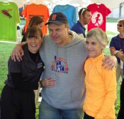 Joan Benoit Samuelson und Uta genießen die großartige Atmosphäre rund um den Bellin Run. ©Take The Magic Step®