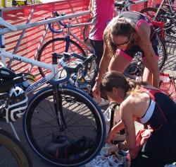 """Zusammen mit Donna Phelan, """"Dieselchen"""", die mir den T1 meines ersten Triathlons erklärt. © Take The Magic Step®"""