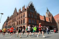 Der Marathon in Hannover führt die Läufer am historischen ersten Rathaus der Stadt vorbei. ©www.PhotoRun.net