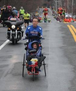 Bryan und Rick auf dem Bostoner Marathonkurs. ©Tim Kilduff