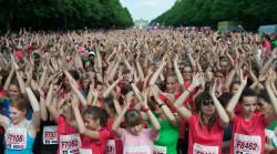 Vor dem Start im Herzen Berlins genossen die Läuferinnen eine ausgelassene Stimmung. ©SCC-Events/Camera4