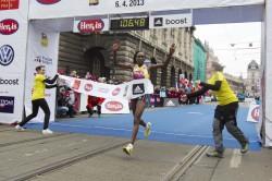Gladys Cherono erreicht mit großem Vorsprung das Ziel in Prag. ©Hervis Prague Half Marathon