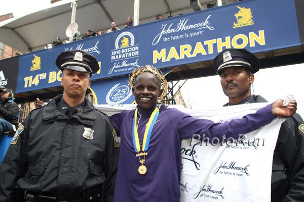 Robert Kiprono Cheruiyot siegt mit Streckenrekordzeit in Boston