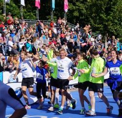 50 Meter vor der Ziellinie zusammen mit der RTL-Staffel. ©Take The Magic Step