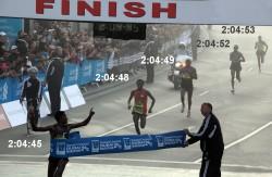 In einem einmaligen Finish blieben in Dubai die ersten fünf Läufer unter 2:05 Stunden. Der Äthiopier Lelisa Desisa gewann das Rennen. ©Helmut Winter
