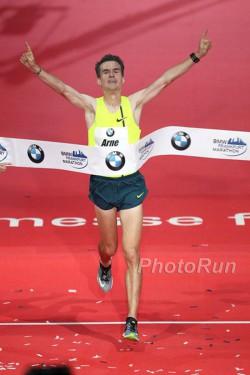 Arne Gabius feiert sein famoses Marathondebüt. ©www.PhotoRun.net