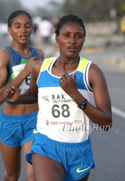 Tiki Gelana, hier zu sehen beim Ras Al Khaimah-Halbmarathon 2009, siegte mit großem Vorsprung beim Rotterdam-Marathon am Sonntag. ©www.photorun.net