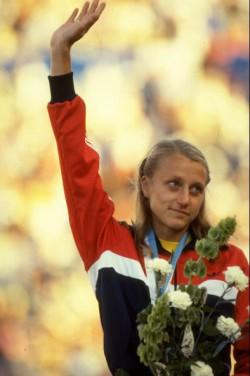 Grete winkt dem Publikum zu, nachdem ihr bei der WM in Helsinki 1983 die Goldmedaille im Marathon verliehen worden war. ©Getty Images Sport/Tony Duffy