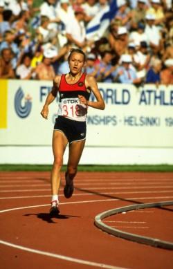 Grete auf ihrem Weg zum Marathonsieg bei der Weltmeisterschaft 1983 im Olympiastadion in Helsinki. ©Getty Images Sport/Tony Duffy