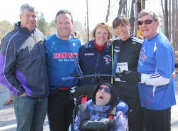 Michael Reger, Bryan Lyons, Kathy Boyer, Rick Hoyt, Uta und Dick Hoyt. ©Sue Bray