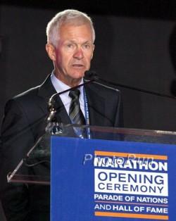 Jack Waitz, Gretes Ehemann, spricht bei der Eröffnungsveranstaltung des Marathons. ©www.PhotoRun.net