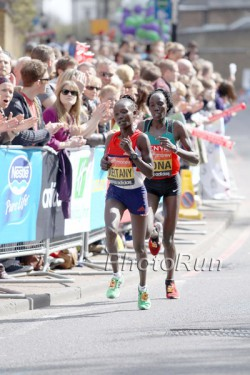 Mary Keitany (links) und Edna Kiplagat laufen um den Sieg 2012 in London. © www.PhotoRun.net
