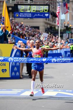 Meb Keflezighi war zutiefst bewegt nach seinem Erfolg beim Boston-Marathon. ©www.PhotoRun.net