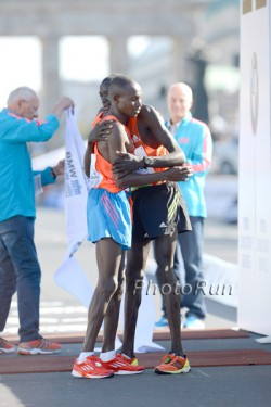 Dennis (rechts) umarmt seinen Trainingspartner Geoffrey Mutai nach seinem Marathondebüt 2012 in Berlin. ©www.PhotoRun.net