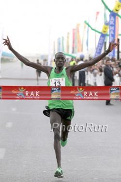 Überraschend hatte Dennis 2012 als Newcomer den Halbmarathon in Ras Al Khaimah gewonnen. ©www.PhotoRun.net