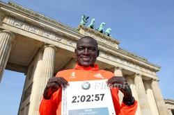 Voller Freude präsentiert Dennis am Brandenburger Tor seine Rekordzeit. ©www.PhotoRun.net
