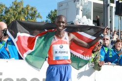 Der neue Weltrekordler Wilson Kipsang feiert im Ziel. ©www.PhotoRun.net