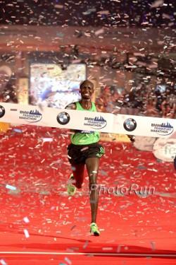 Wilson Kipsang feiert seinen Erfolg in Frankfurts Festhalle. ©www.photorun.net
