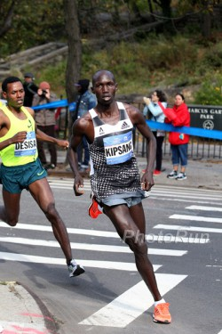 Wilson Kipsang and Lelisa Desisa raced each other until the final meters. © www.PhotoRun.net