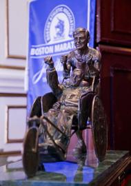 John Hancock Financial Services hat eine Statue in Auftrag gegeben, um den einmaligen Charakter und Geist von Dick und Rick Hoyt zu zelebrieren. ©Von Team Hoyt zur Verfügung gestellt