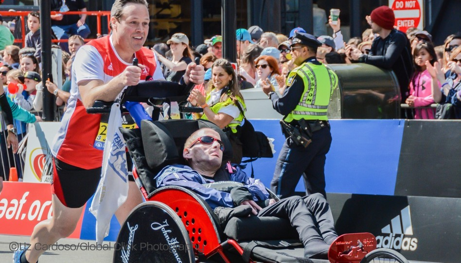 Team Hoyt meistert ernste Herausforderung und überquert Ziellinie in Boston