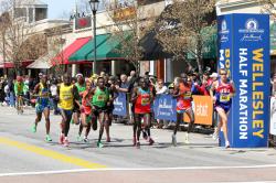 Die Männer passieren die Halbmarathon-Marke in Wellesley. ©www.PhotoRun.net