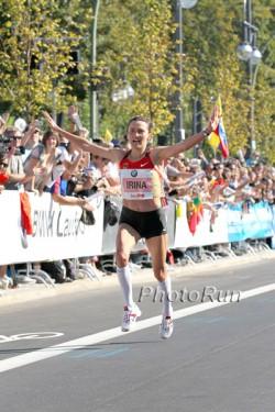 Irina Mikitenko läuft jubelnd die letzten Meter. ©www.PhotoRun.net