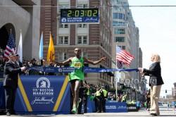 Mit der Weltbestzeit von 2:03:02 Stunden überquerte Geoffrey Mutai im April die Ziellinie vor der Bostoner Bibliothek. ©www.photorun.net