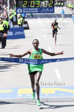 Geoffrey Mutai läuft den schnellsten Marathon aller Zeiten in Boston. ©www.PhotoRun.net