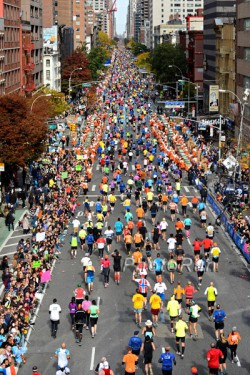Läufer ohne Ende auf der First Avenue beim New York-Marathon. ©www.PhotoRun.net