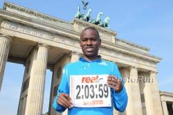 Patrick zeigt im Rahmen des Berlin-Marathons 2010 die Weltrekordzeit, die er gerne brechen möchte. ©www.photorun.net