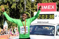 Weltrekordler Patrick Makau, hier zu sehen nach seinem Sieg 2011 in Berlin, startet in Frankfurt. ©www.PhotoRun.net