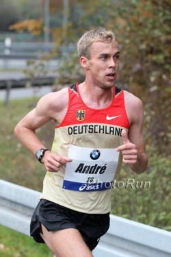 André Pollmächer, hier zu sehen beim Frankfurt-Marathon 2011, lief auf einen starken achten Platz im Marathon. ©www.PhotoRun.net
